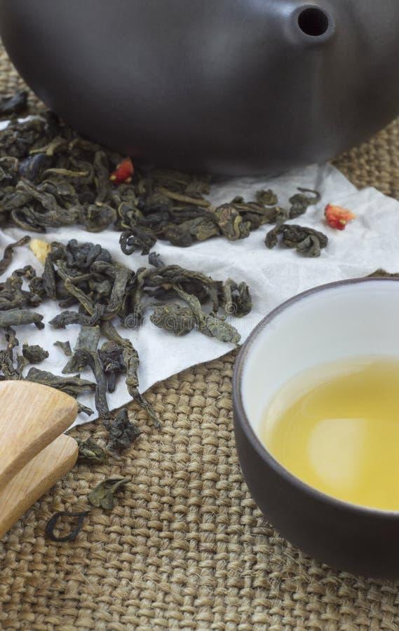 Комплект чая взгляд сверху деревянный стол для церемонии чая стоковая фотография rf