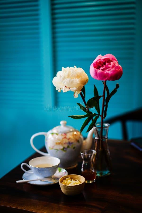 Комплект чая и цветочный горшок стоковые изображения rf
