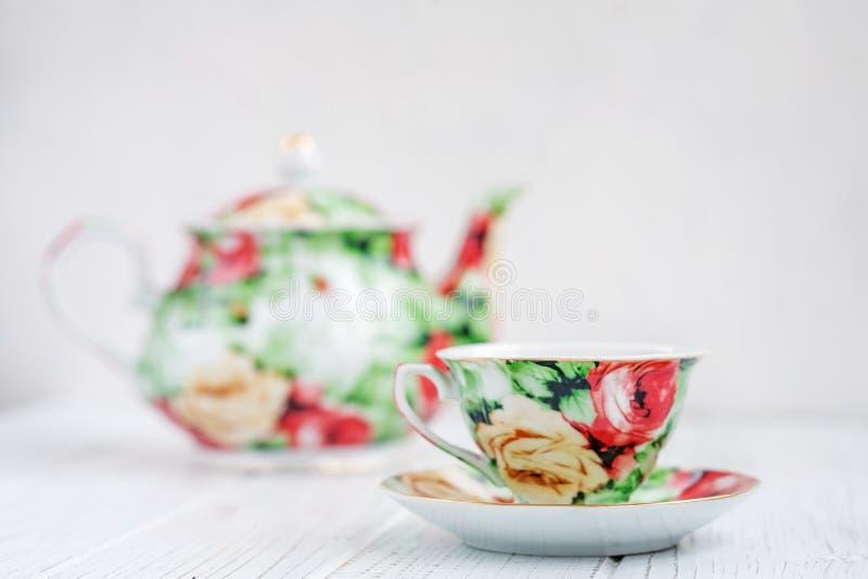 Комплект чая на белой таблице Концепция напитков стоковое изображение