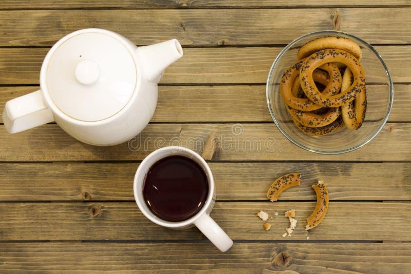 Комплект чая с бейгл на деревянной предпосылке стоковые изображения rf