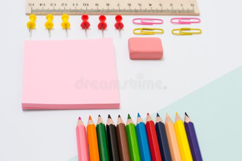 Комплект школьных принадлежностей Фото взгляд сверху близкое поднимающее вверх карандашей цвета стоковые фотографии rf
