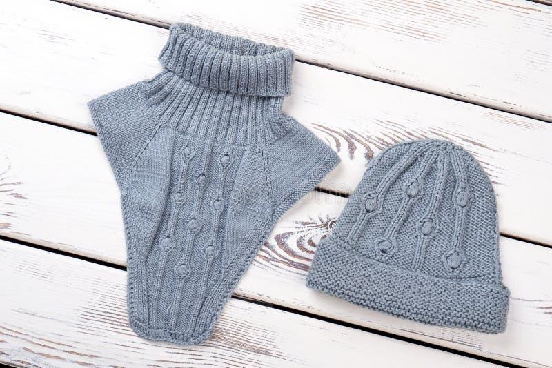 Комплект шляпы и шарфа связанных женщиной стоковое изображение