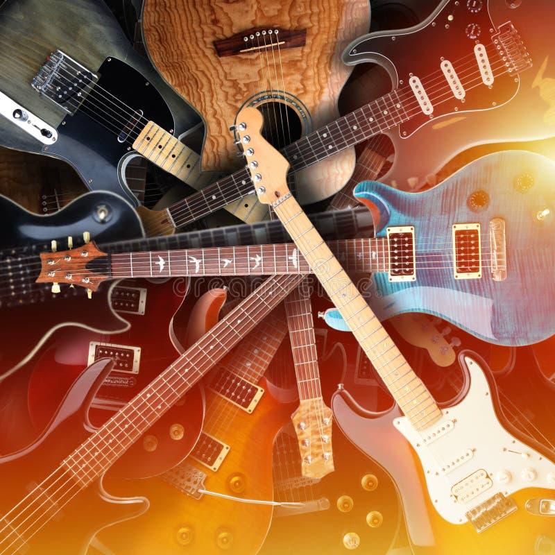 Комплект электрических гитар кладя на один другого стоковое изображение rf