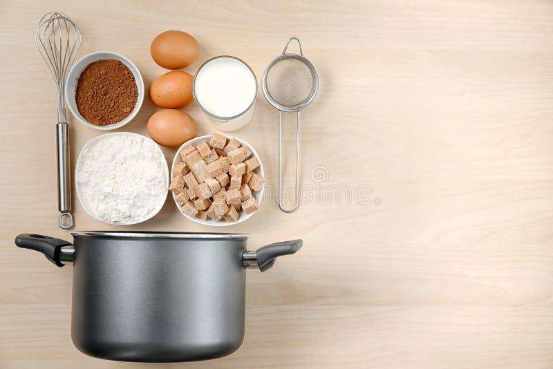 Комплект kitchenware и продуктов на деревянной предпосылке стоковая фотография rf