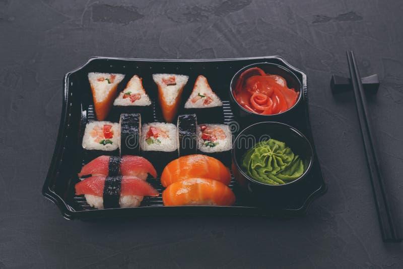Комплект maki суш и крупного плана кренов в коробке поставки стоковая фотография