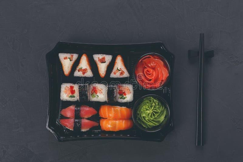 Комплект maki суш и крупного плана кренов в коробке поставки стоковые изображения