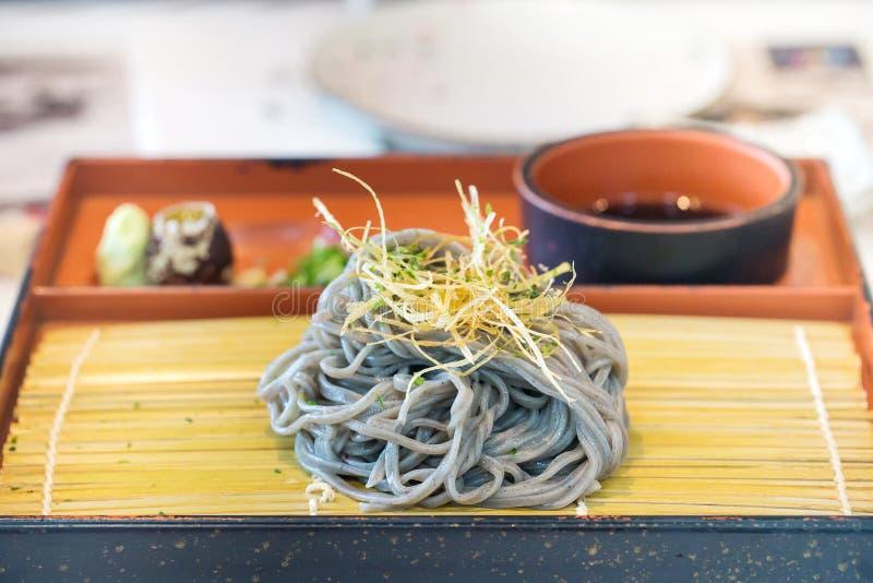 Комплект Soba, лапши soba, черный суп, wasabi и свежее яичко стоковая фотография rf