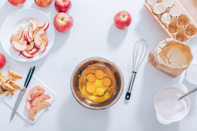 Компоненты и утвари для печь яблочного пирога стоковое изображение