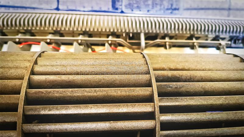Компоненты кондиционера воздуха во время ремонтного службы стоковое изображение rf