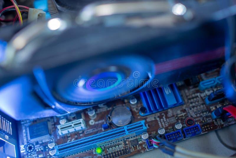 Компоненты ПК в пыли охлаждающий вентилятор видеокарты работает Внутри компьютера все пылевоздушно и грязно стоковые изображения
