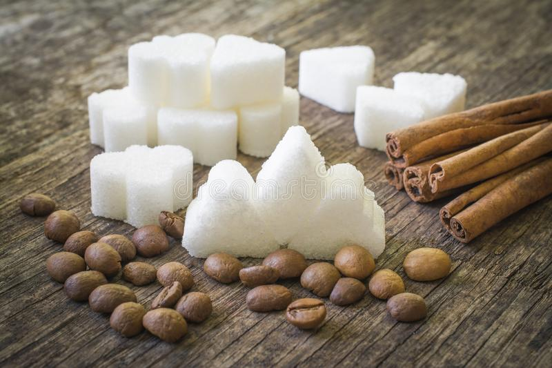 Компоненты природной энергии для людей: сахар, кофейные зерна и ручки циннамона стоковая фотография rf