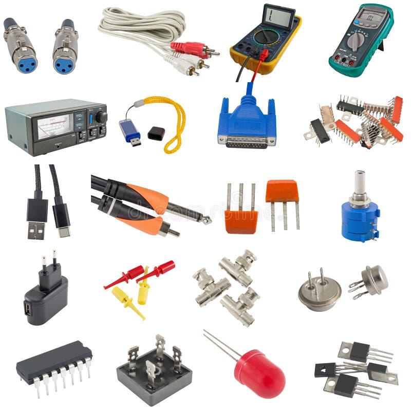 Компоненты цифрового вольтамперомметра, кабеля и радио на белизне стоковые фото