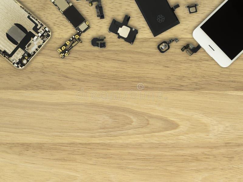 Компоненты Smartphone на деревянной предпосылке стоковая фотография rf