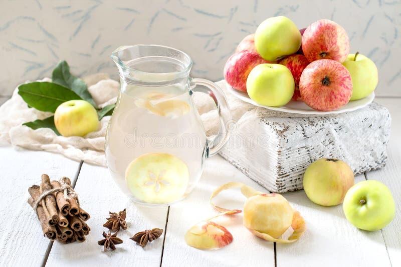 Компот и яблоки очень вкусного яблока на таблице стоковые изображения rf