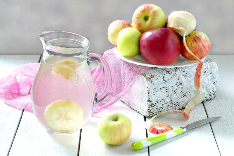 Компот и яблоки очень вкусного яблока на таблице стоковое фото rf
