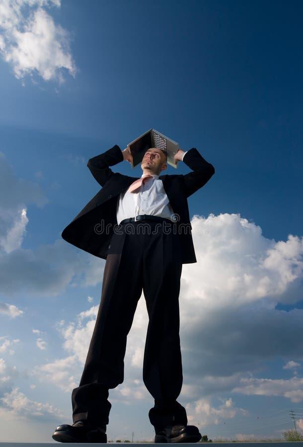 компьтер-книжка бизнесмена снаружи стоковое фото