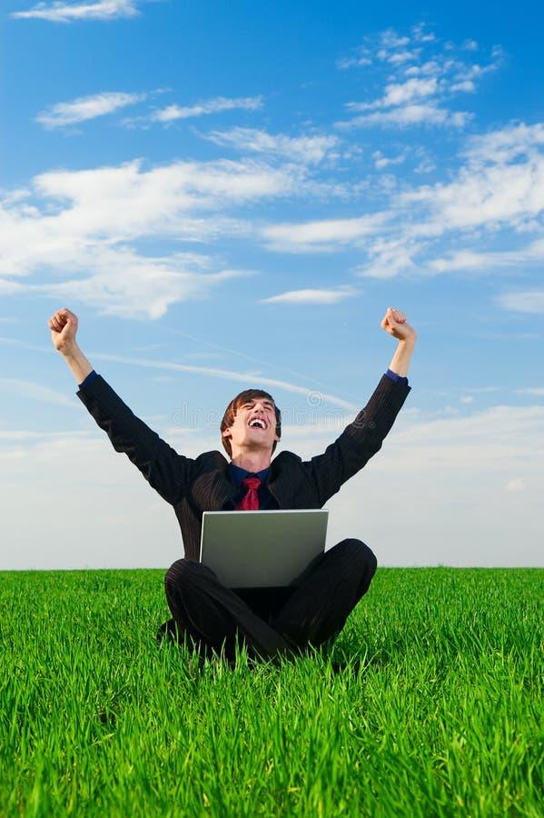 компьтер-книжка бизнесмена счастливая стоковое фото