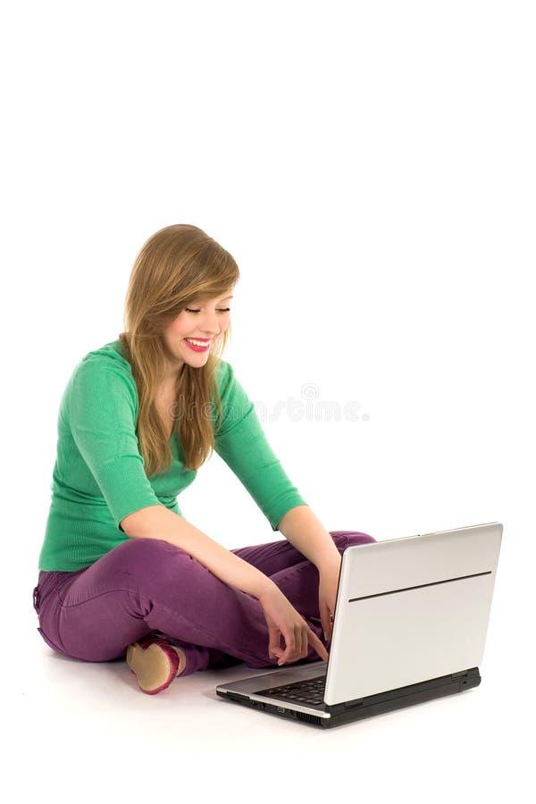 компьтер-книжка девушки используя стоковые фотографии rf