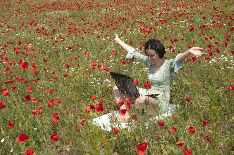 компьтер-книжка девушки стоковая фотография