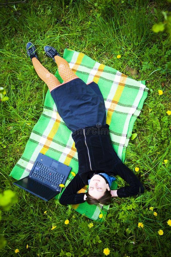 компьтер-книжка девушки стоковое изображение rf