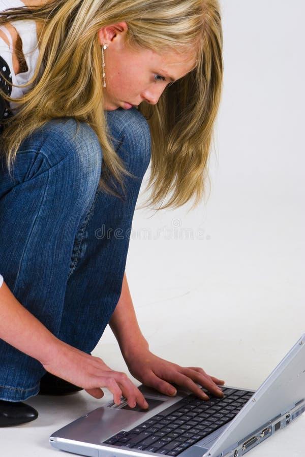 компьтер-книжка девушки стоковое фото