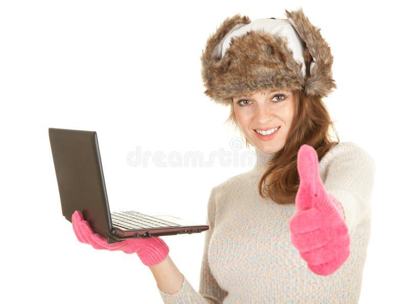 компьтер-книжка используя женщину зимы стоковая фотография rf