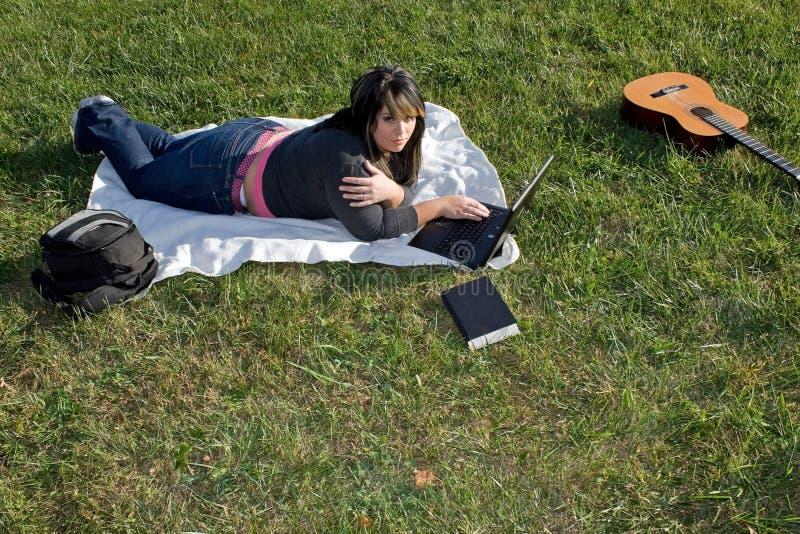 компьтер-книжка используя женщину стоковое фото