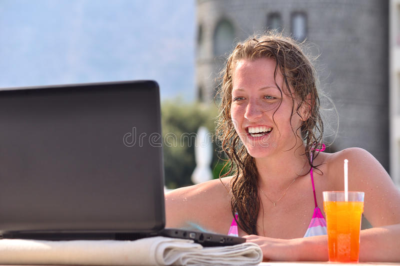 компьтер-книжка используя женщину стоковые фото