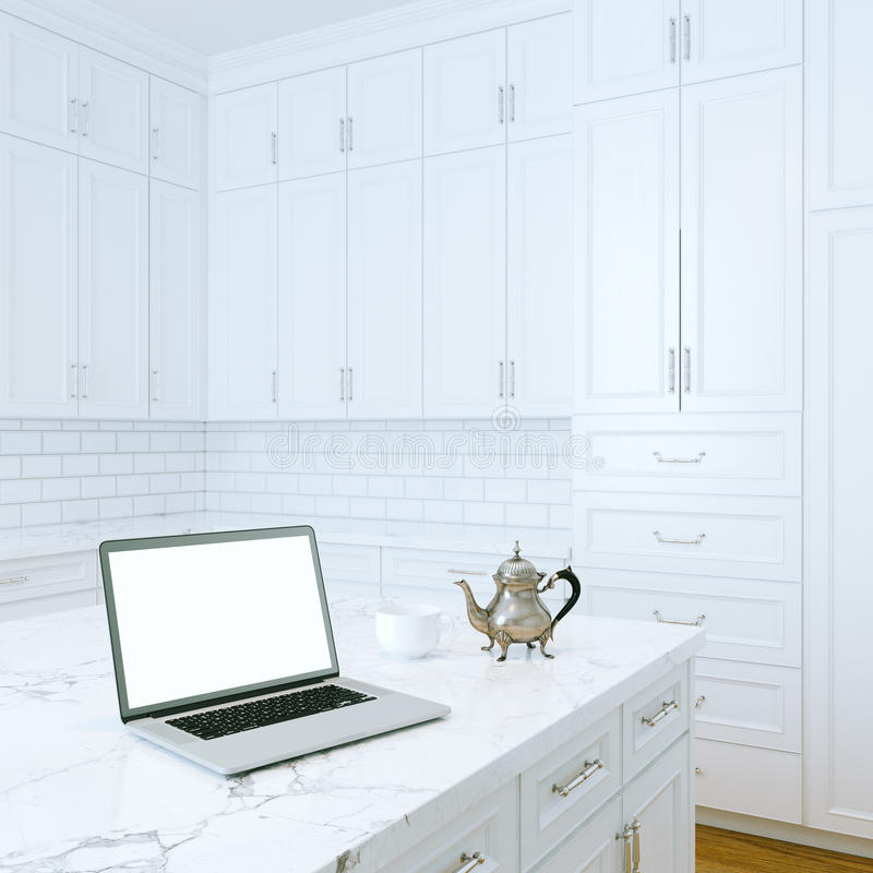 Компьтер-книжка и кофе утра в белом классическом интерьере кухни стоковая фотография rf