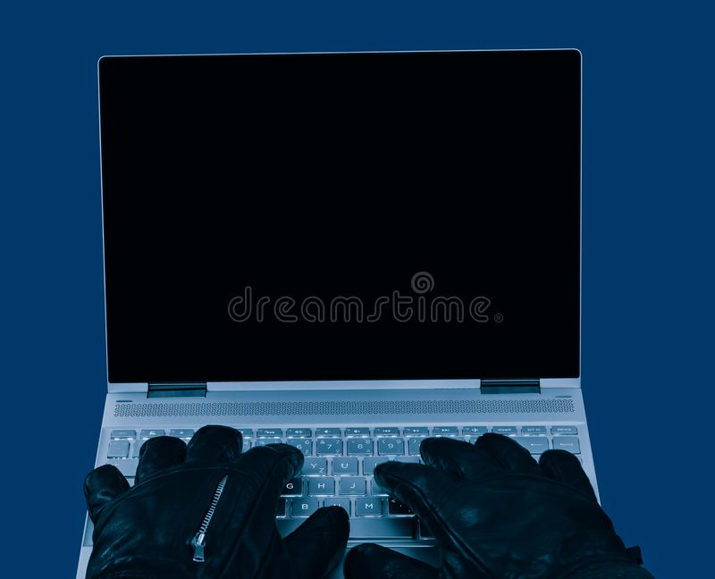 Компьтер-книжка и руки в черном конце-вверх кожаных перчаток стоковые изображения