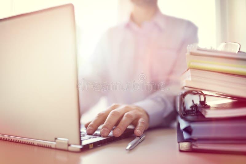 компьтер-книжка компьютера бизнесмена используя стоковые изображения