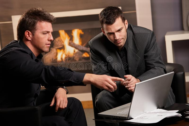 компьтер-книжка компьютера бизнесменов используя стоковая фотография rf