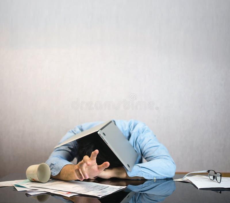 Компьтер-книжка компьютера на голове человека стоковая фотография rf
