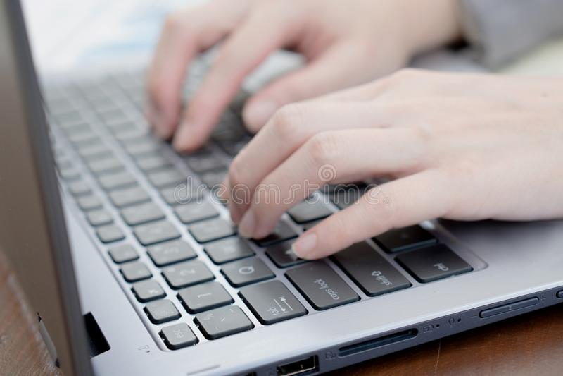 Компьтер-книжка, компьютер, настольный ПК, человеческая рука, офис стоковое изображение