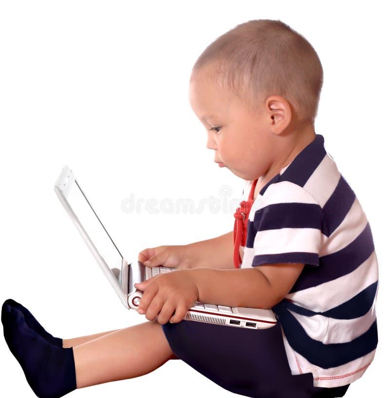 компьтер-книжка мальчика используя стоковое изображение rf