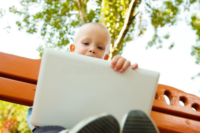 компьтер-книжка мальчика стоковая фотография rf