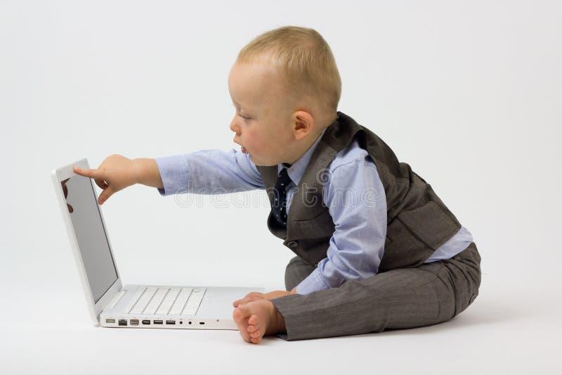 компьтер-книжка младенца указывает экран стоковая фотография