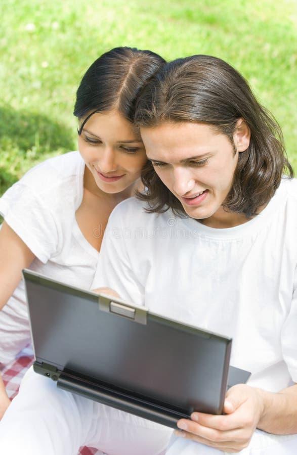 компьтер-книжка пар outdoors используя стоковое изображение