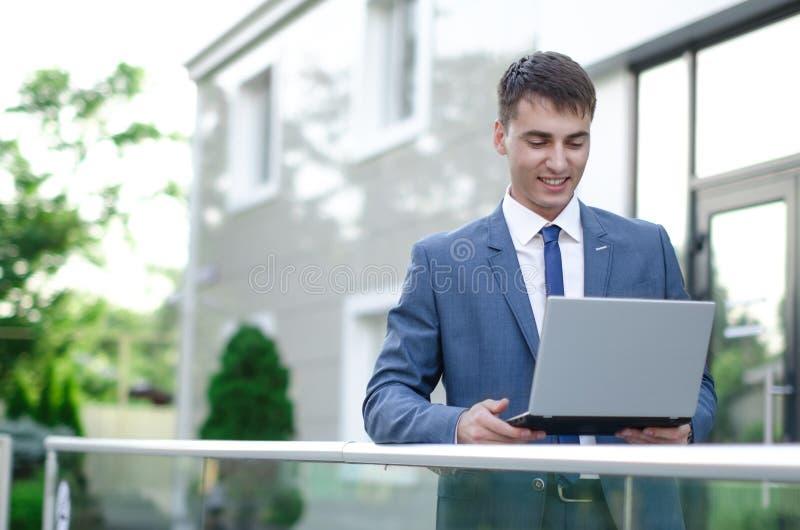 компьтер-книжка предпосылки изолированная бизнесменом над сь белизной стоковая фотография