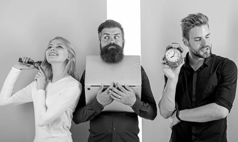 Компьтер-книжка работы людей волос девушки чистя щеткой Пунктуальность и время Надоеданный босс Unpunctual сотрудники людей обычн стоковое изображение
