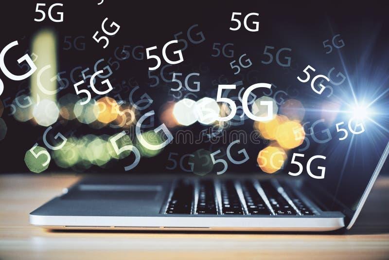 Компьтер-книжка с интернетом 5G стоковые фото