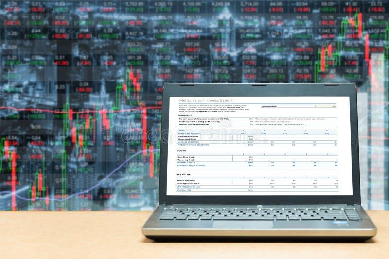 Компьтер-книжка с экраном вклада на таблице с marke фондовой биржи стоковые изображения