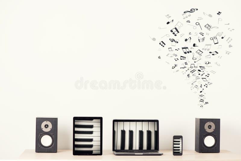 Компьтер-книжка, таблетка и умный телефон нот иллюстрации электрической гитары принципиальной схемы стоковая фотография rf