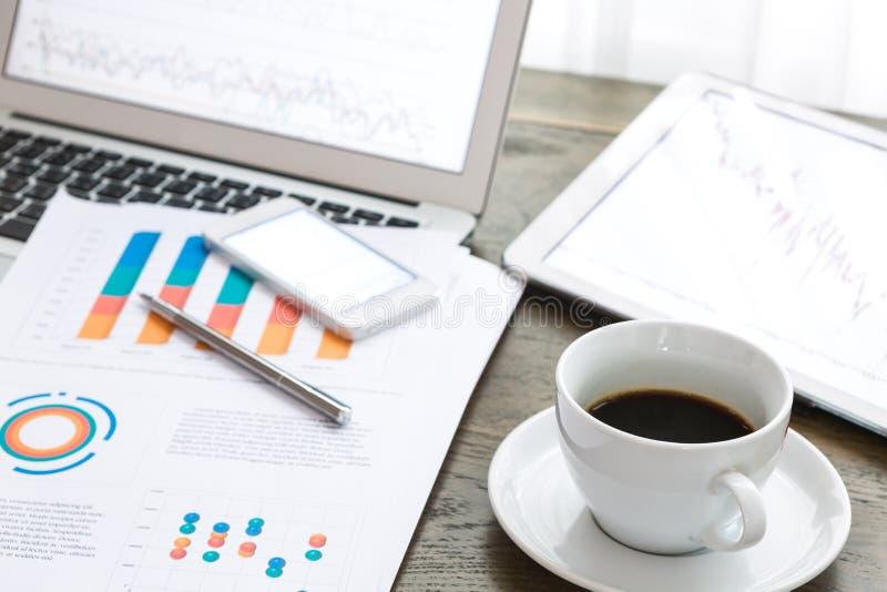 Компьтер-книжка, таблетка, smartphone и кофейная чашка с финансовым docume стоковые фотографии rf