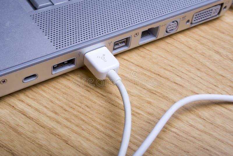 компьтер-книжка 2 кабелей стоковое изображение rf