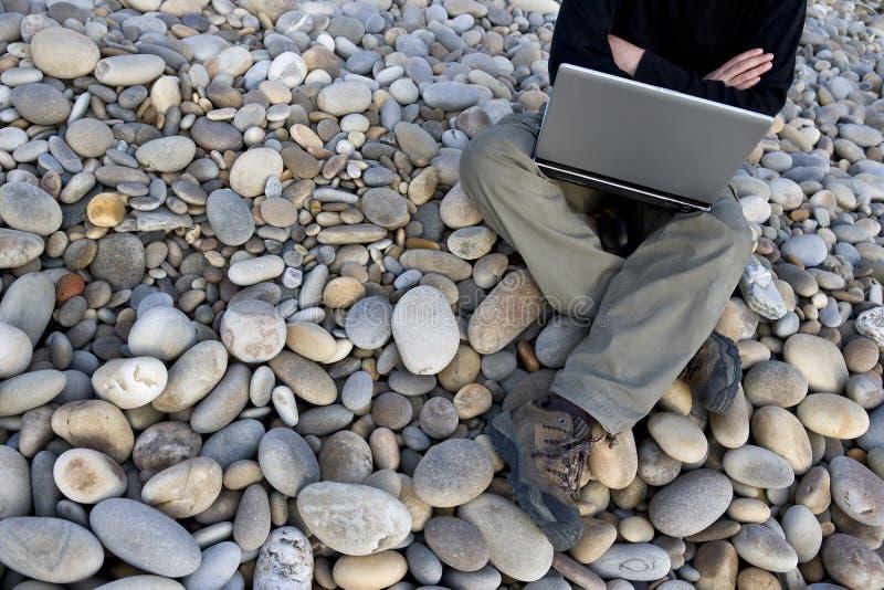 компьтер-книжки человека детеныши outdoors стоковые изображения rf