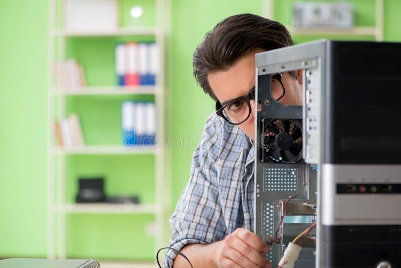 Компьутерный инженер ремонтируя сломанный настольный компьютер стоковое фото rf