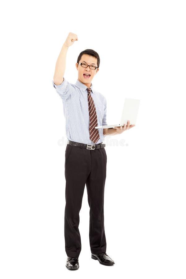 Download Компьутерный инженер успеха стоит и рука повышения Стоковое Изображение - изображение насчитывающей обхватите, электроника: 37925873