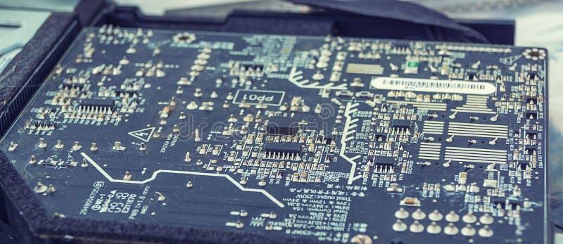 Компьютерная микросхема, ремонт и паять схемы стоковые фотографии rf