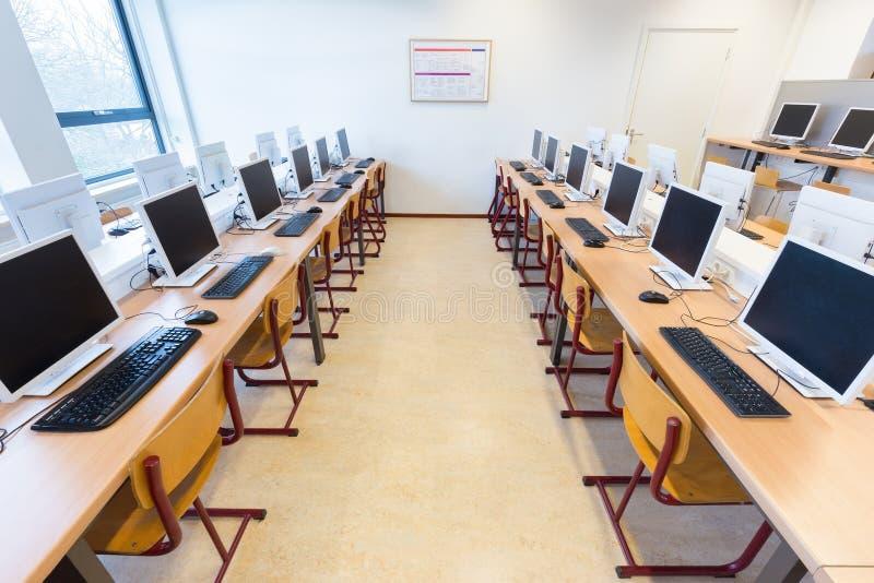 Компьютеры в классе голландского среднего образования стоковое фото rf